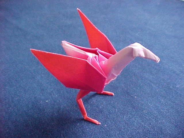 голубь из бумаги оригами.